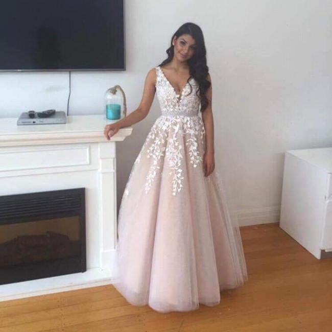 Gorgeous Tulle V-Neck Prom Dress 2018 Appliques Lace Evening Gowns