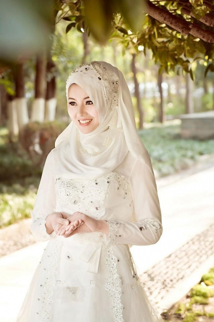 Arabic Delicate White Bow A-line Wedding Dress with Beadings
