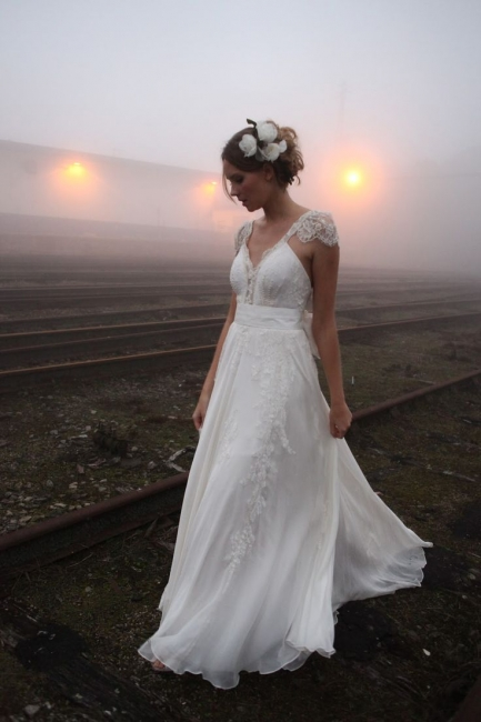 Vintage Beach Wedding Dresses Capped Sleeves Backless Lace Appliques Bow Back Bridal Dresses
