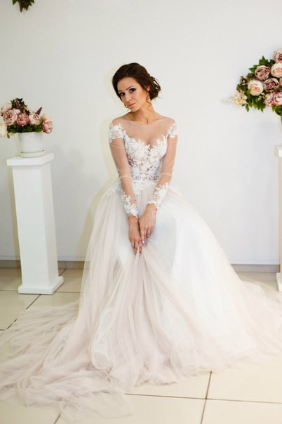 A-line Zipper Button Sweep-Train Lace Appliques Elegant Long-Sleeve Wedding Dress